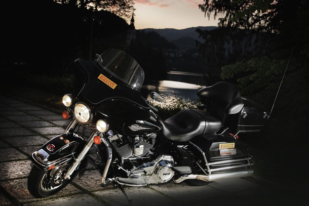 Pirelli Night Dragon Tour Harley Davidson devant Grad Otocec/Slovénie