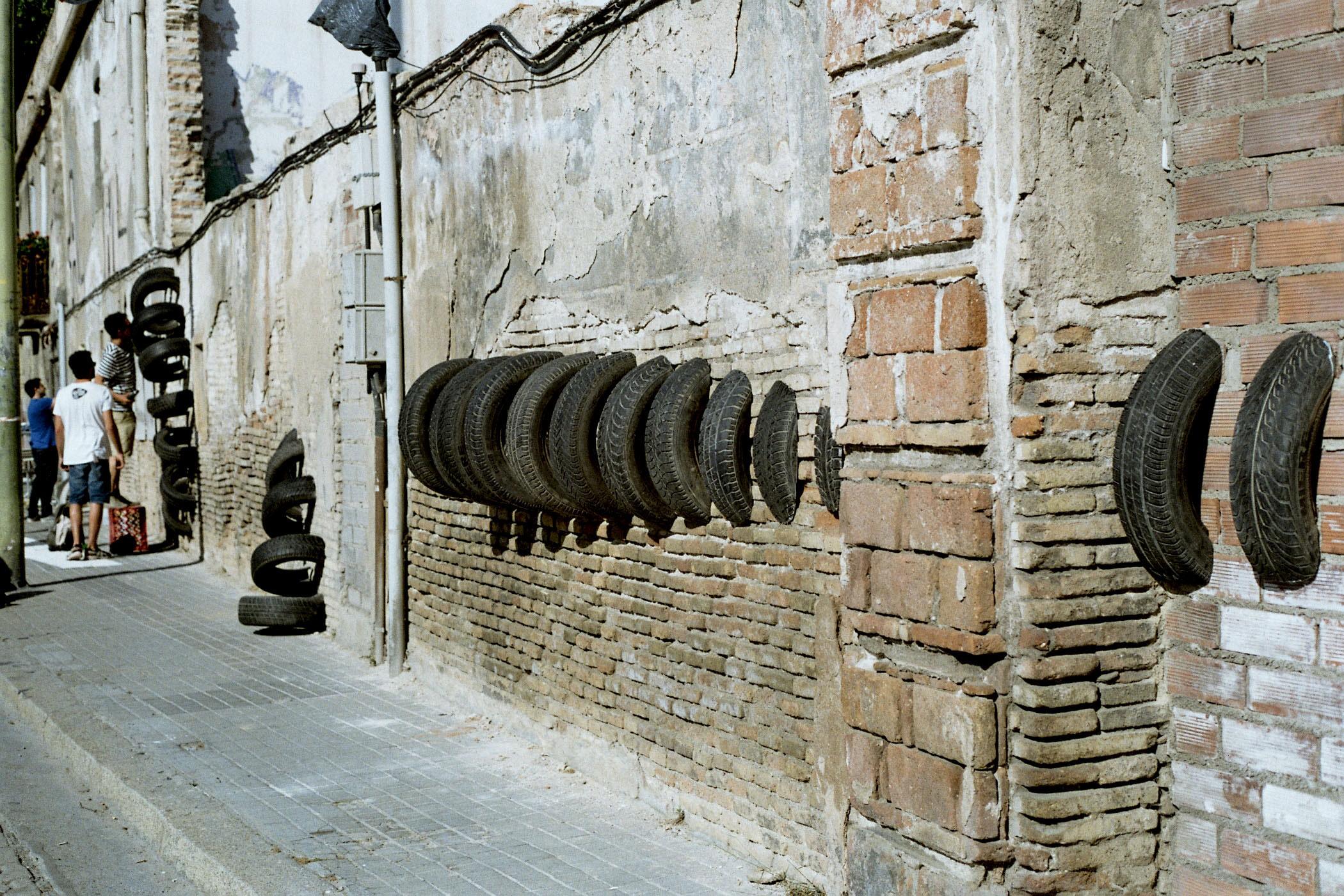 le pneu usag cet art de la rue barcelone mai 2015 chewing gomme. Black Bedroom Furniture Sets. Home Design Ideas