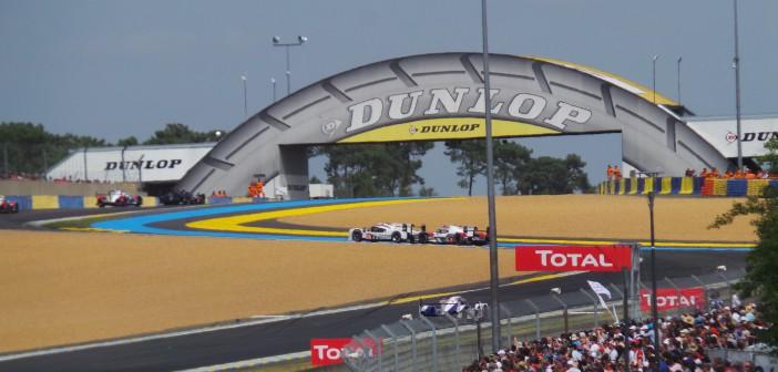Porsche et Audi au coude à coude dans la chicane Dunlop