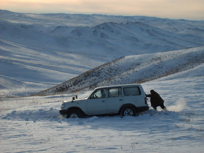 Car sunk in snow – Mongolia (1)