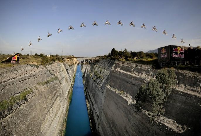 Robbie Maddison à 95m au-dessus de l'eau à la vitesse de 125 km/h, en partenariat avec Red Bull.