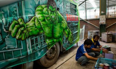 Des artistes qui transforment des bus en oeuvres d'art