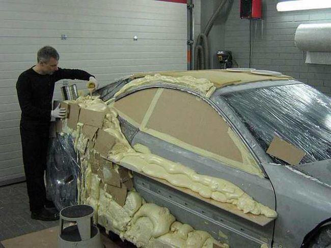 Bluffant : un artiste retape une Mercedes CLK avec de la mousse expansive !