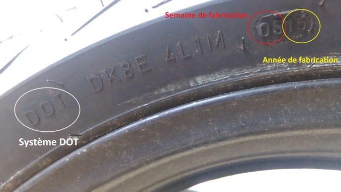 La DOT est positionnée à des endroits différents selon la marque et modèle du pneu.