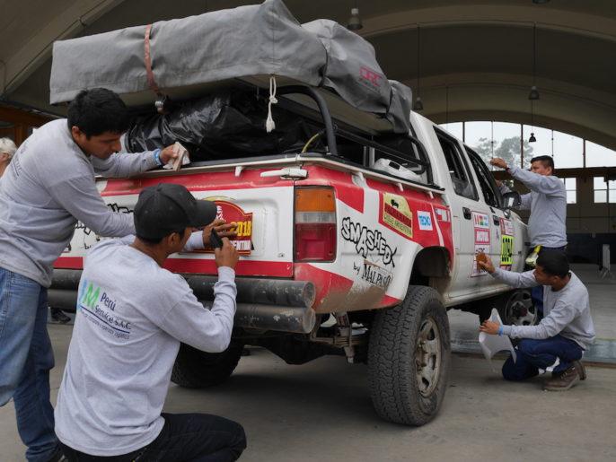 Voiture Dakar au stickage