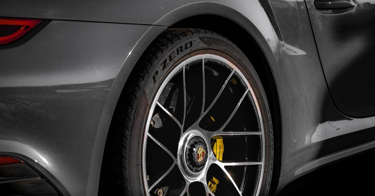 10 véhicules de prestige équipés en pneus Pirelli